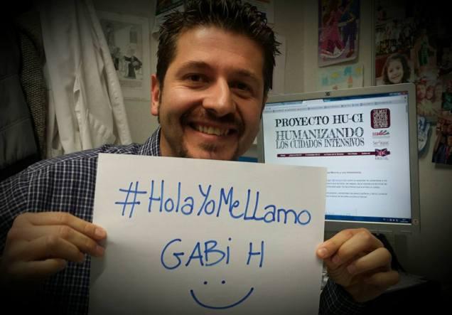 Foto de Gabi con el cartel #HolaYomeLlamo que publicó en Facebook