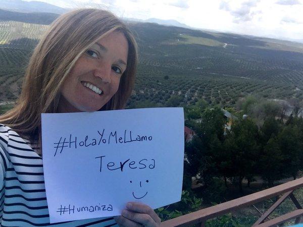 Foto con el cartel de la campaña: #HolaYomeLlamo Teresa desde mi casa en Arjona ((Jaén) que estaba pasando el fin de semana.